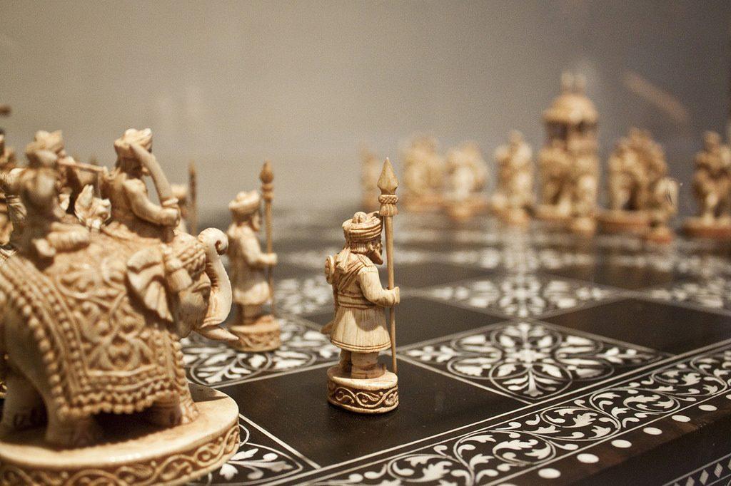 Aprendiendo a jugar al ajedrez a través de los orígenes y transformaciones de sus reglas. Movimientos de las piezas, desarrollo de estrategias y tácticas básicas.